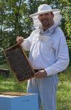 Sonrisa joven del apicultor foto de archivo