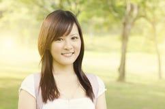 Sonrisa joven del estudiante de la estudiante universitaria Imagen de archivo libre de regalías
