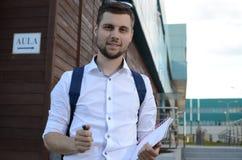 Sonrisa joven del estudiante masculino Imágenes de archivo libres de regalías