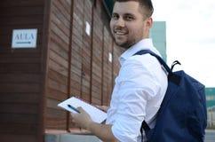 Sonrisa joven del estudiante masculino Fotografía de archivo