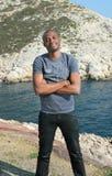 Sonrisa joven del hombre negro, al aire libre Fotografía de archivo