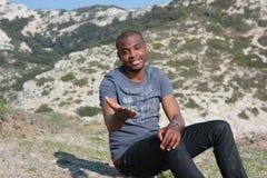 Sonrisa joven del hombre negro, al aire libre Imagen de archivo libre de regalías