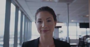 Sonrisa joven hermosa de la mujer de negocios almacen de video