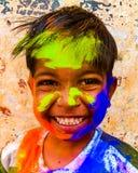 Sonrisa la India del holi del happykid del niño fotos de archivo