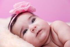 Sonrisa linda, bonita, feliz, rechoncha del retrato del bebé Mentira desnuda o desnuda en la manta mullida imagenes de archivo