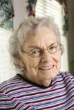 Sonrisa mayor de la mujer Imagen de archivo