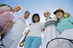 Sonrisa mayor de los jugadores de tenis Fotos de archivo libres de regalías