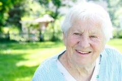 Sonrisa mayor feliz de la señora Imagen de archivo