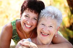 Sonrisa mayor hermosa de la madre y de la hija Fotografía de archivo libre de regalías