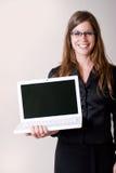 Sonrisa moderna joven de la computadora portátil de la explotación agrícola de la mujer. Fotos de archivo libres de regalías