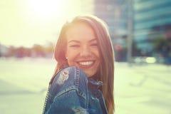 Sonrisa morena feliz de la mujer al aire libre en puesta del sol del vintage foto de archivo libre de regalías