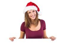 Sonrisa morena festiva en la cámara que sostiene el cartel Fotos de archivo