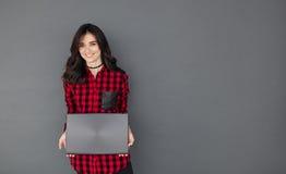 Sonrisa muchacha bastante adolescente del estudiante con el ordenador de la PC del ordenador portátil Fotos de archivo