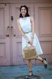 Sonrisa mujer bastante de mediana edad en el vestido blanco Foto de archivo