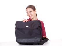 Sonrisa, mujer con el bolso de la computadora portátil Imágenes de archivo libres de regalías