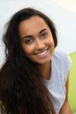 Sonrisa mujer india bastante asiática con el pelo largo Imagen de archivo libre de regalías