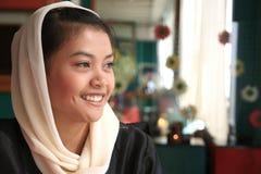 Sonrisa musulmán de la mujer Foto de archivo libre de regalías