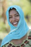 Sonrisa musulmán de la mujer imagen de archivo