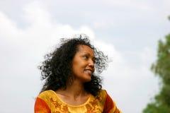 Sonrisa oscura hermosa de la mujer Fotografía de archivo libre de regalías
