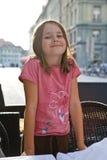 Sonrisa presentando la calle de la ciudad del niño de la muchacha Imagenes de archivo