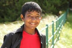 Sonrisa que brilla intensamente del adolescente asiático joven Foto de archivo libre de regalías