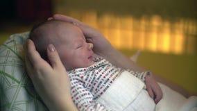 Sonrisa recién nacida del bebé el dormir almacen de metraje de vídeo