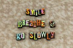 Sonrisa respirar para ir lentamente adelante imagenes de archivo