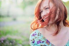 Sonrisa roja hermosa de la muchacha del pelo imágenes de archivo libres de regalías