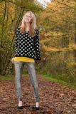 Sonrisa rubia adolescente en el otoño Imagenes de archivo