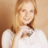 Sonrisa rubia del chocolate de la consumición del adolescente de la belleza joven Imagen de archivo