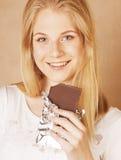 Sonrisa rubia del chocolate de la consumición del adolescente de la belleza joven Fotografía de archivo libre de regalías