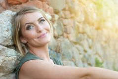 Sonrisa rubia feliz hermosa de la mujer Imagen de archivo
