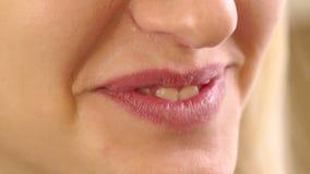 Sonrisa rubia hermosa de la muchacha, mostrando sus dientes almacen de metraje de vídeo