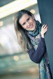 Sonrisa rubia hermosa de la mujer en café Fotografía de archivo libre de regalías