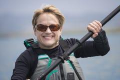 Sonrisa, rubia, kayaker de la mujer imágenes de archivo libres de regalías