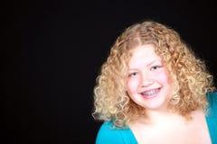 Sonrisa rubia verdadera de la muchacha Fotos de archivo