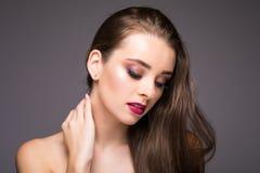 Sonrisa sana bronceada piel hermosa de la piel de la belleza de los labios rojos de la mujer Balneario Girl Cute Face modelo herm Imagen de archivo