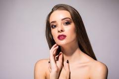 Sonrisa sana bronceada piel hermosa de la piel de la belleza de los labios rojos de la mujer Balneario Girl Cute Face modelo herm Foto de archivo