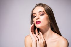 Sonrisa sana bronceada piel hermosa de la piel de la belleza de los labios rojos de la mujer Balneario Girl Cute Face modelo herm Fotografía de archivo libre de regalías
