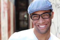Sonrisa sana Dientes que blanquean Cierre sonriente hermoso del retrato del hombre joven para arriba Sobre fondo moderno del pasi imagen de archivo libre de regalías