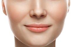Sonrisa sana Primer de la sonrisa de la mujer Concepto sano de la piel de los labios hermosos imagenes de archivo