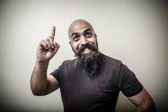 Sonrisa señalando al hombre barbudo Imagen de archivo libre de regalías