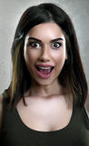 Sonrisa sorprendida de la mujer joven Foto de archivo libre de regalías