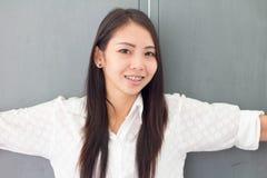 Sonrisa tailandesa de la mujer de Asia Foto de archivo libre de regalías
