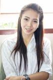 Sonrisa tailandesa de la mujer de Asia Imagen de archivo libre de regalías