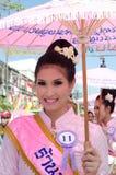 sonrisa tailandesa de la señora del ⢠en el desfile del pedal una bicicleta. Foto de archivo