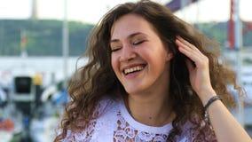 Sonrisa triguena atractiva en la cámara almacen de metraje de vídeo