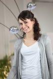 Sonrisa triguena joven de la mujer Fotos de archivo libres de regalías