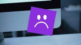 Sonrisa triste Cara triste pintada en una etiqueta engomada en el monitor ilustración del vector