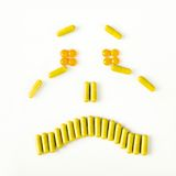 Sonrisa triste y gritadora hecha de muchas cápsulas de las píldoras Concepto de la salud Imagen de archivo